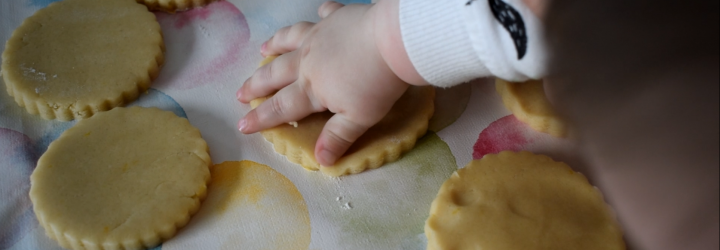 bebe hace galletas