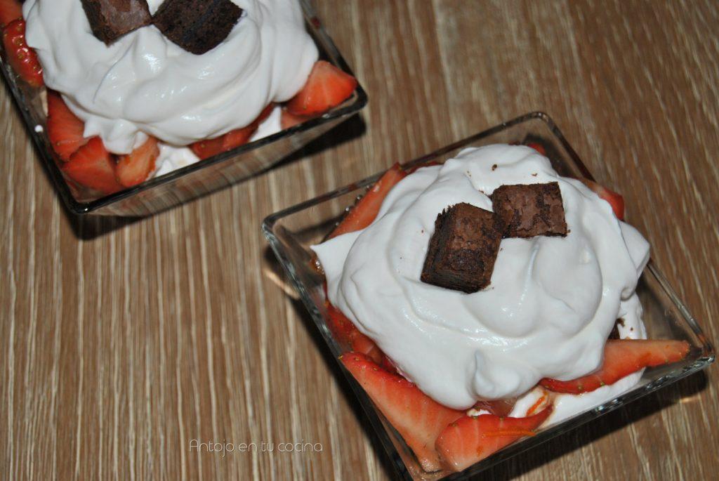Trifle de brownie, fresas y nata