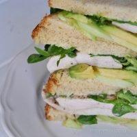 sandwich de pollo y aguacate