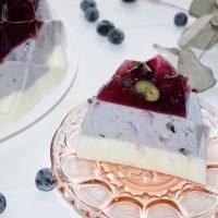 Pastel de gelatina con fruta y yogur,