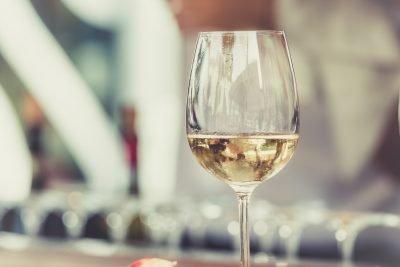 Entre cepas y corchos…. ¿Cómo elegir un buen vino para regalar?