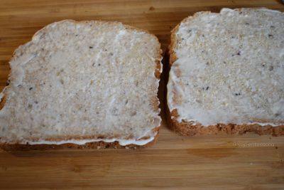 Sándwich de queso gruyere con cebolla caramelizada y mostaza