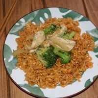 Noodles con pollo y brócoli salteados