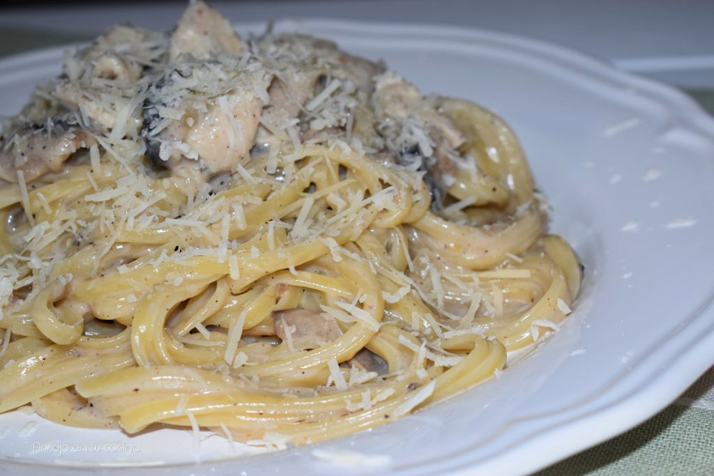 pasta con salsa cremosa de pollo y champiñones