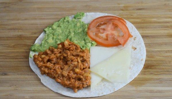 Tacos de chili con queso y aguacate