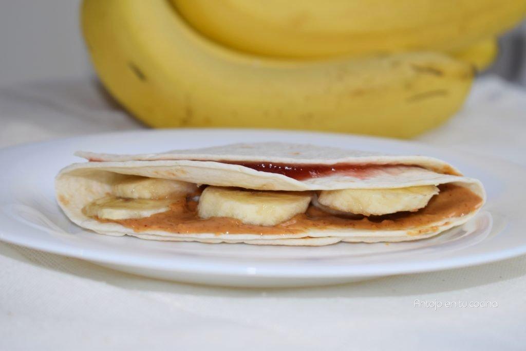 Wrap de mantequilla de cacahuetes, mermelada y plátano