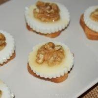 Canapé muy fácil de queso fresco, miel y nueces
