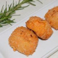 Croquetas de pimientos de piquillo y queso de cabra