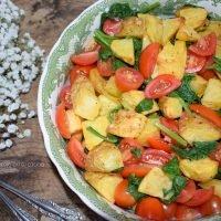 Ensalada de patata asada con espinacas y tomates cherry