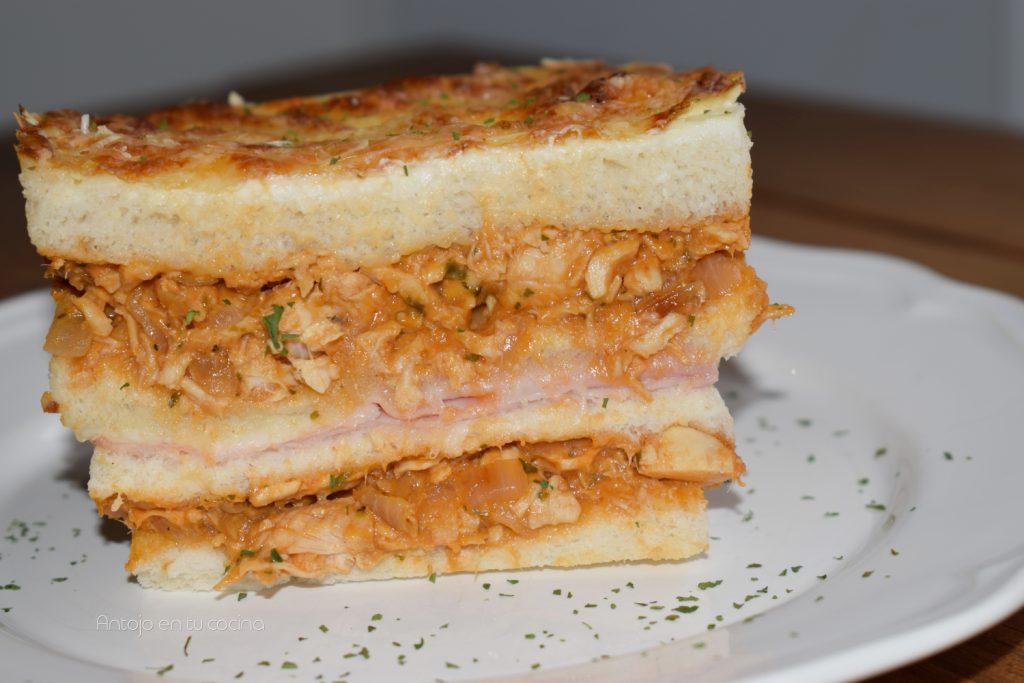 pastel cremoso caliente de pollo y pan de molde