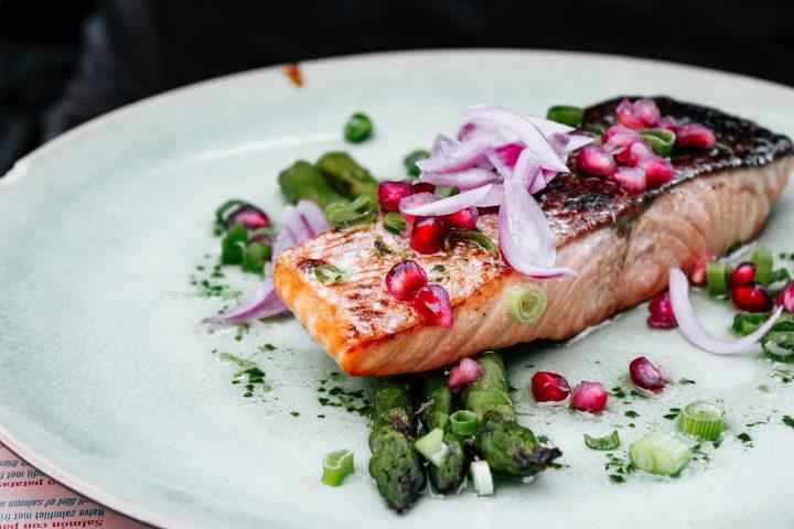salmon con esparragos y granada
