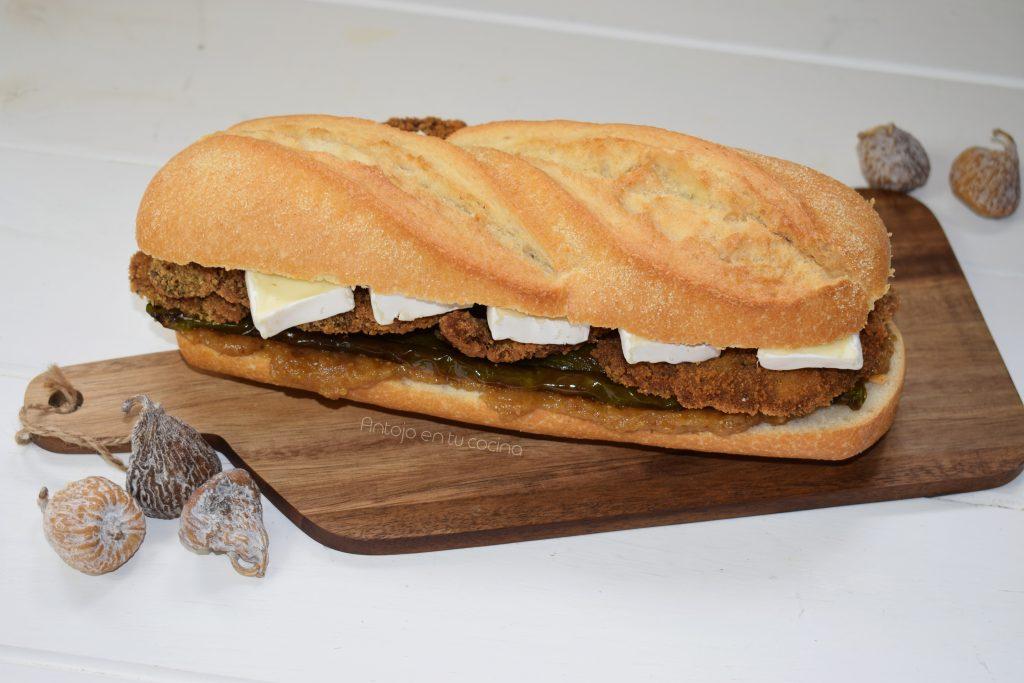 Bocadillo de ternera empanada con pimientos