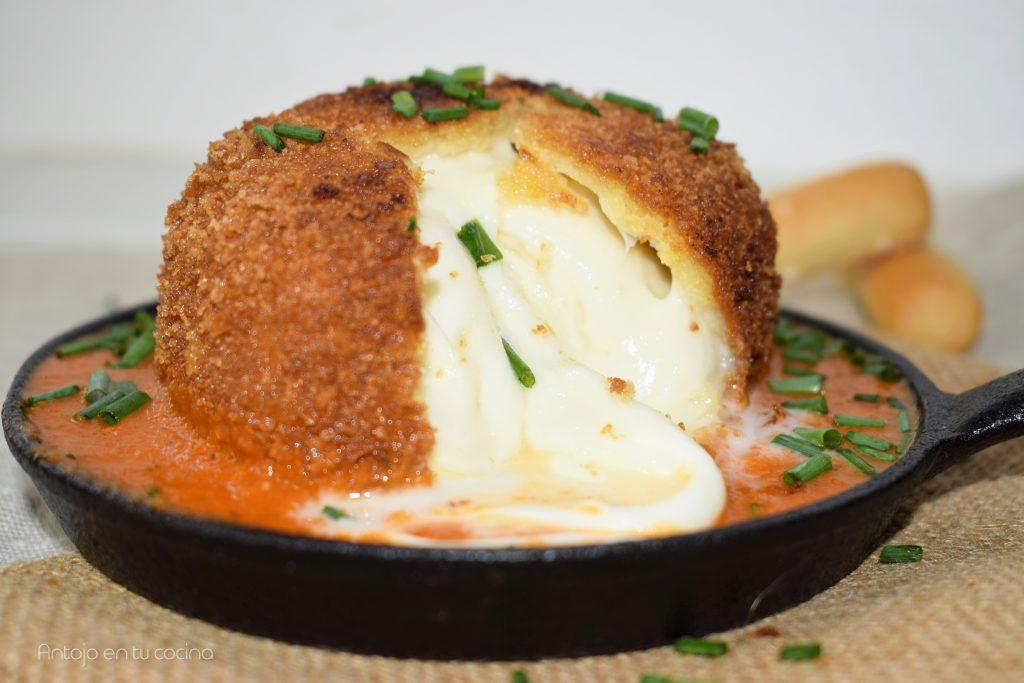 Bomba de Mozzarella frita con salsa de tomate