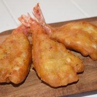 Gambas rebozadas estilo chino. Colas abiertas fritas en gabardina ¡Crujientes y sabrosas!