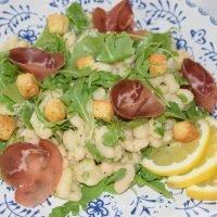 Ensalada de alubias blancas con jamón y rúcula