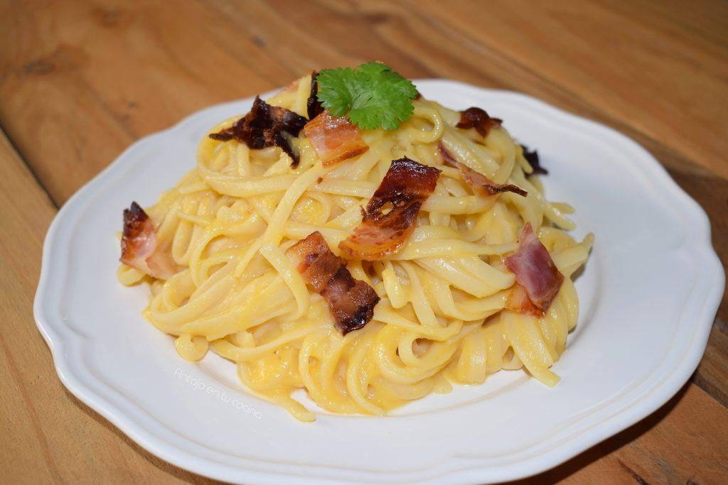 Pasta con auténtica salsa carbonara de calabaza
