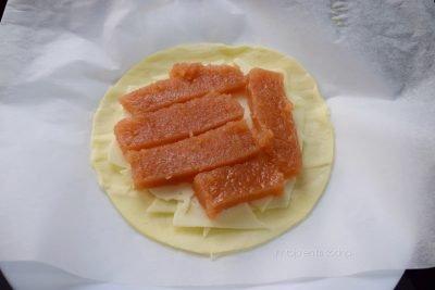 Empanada de hojaldre con membrillo y queso